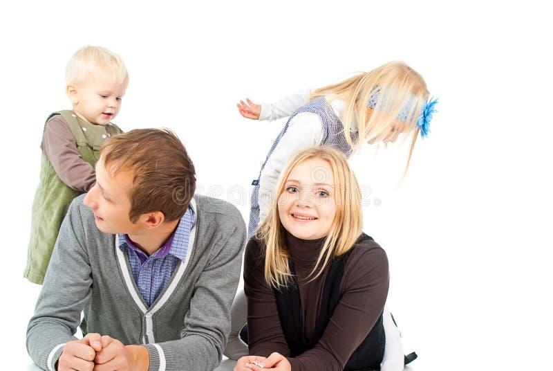 Lycklig familj med småbarn arkivbild