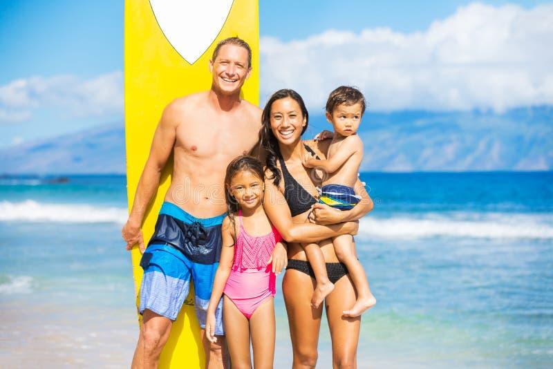Lycklig familj med surfingbrädor arkivbild