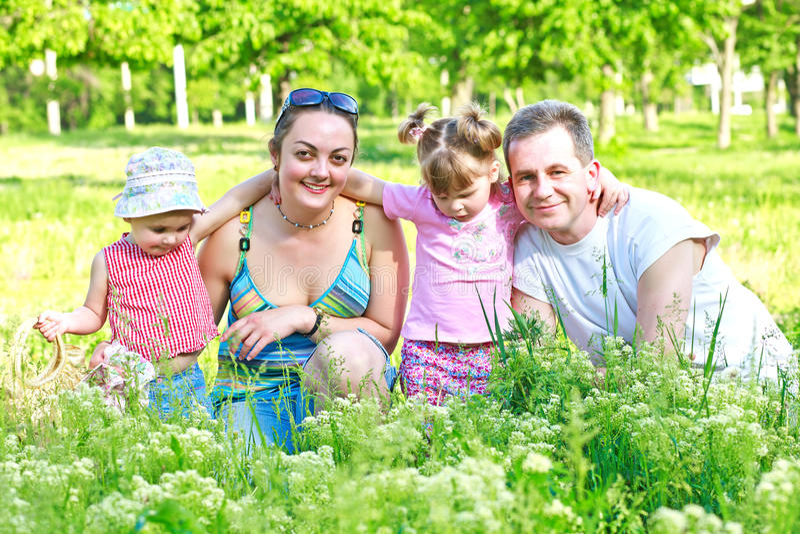 Lycklig familj med två döttrar utomhus vektor illustrationer