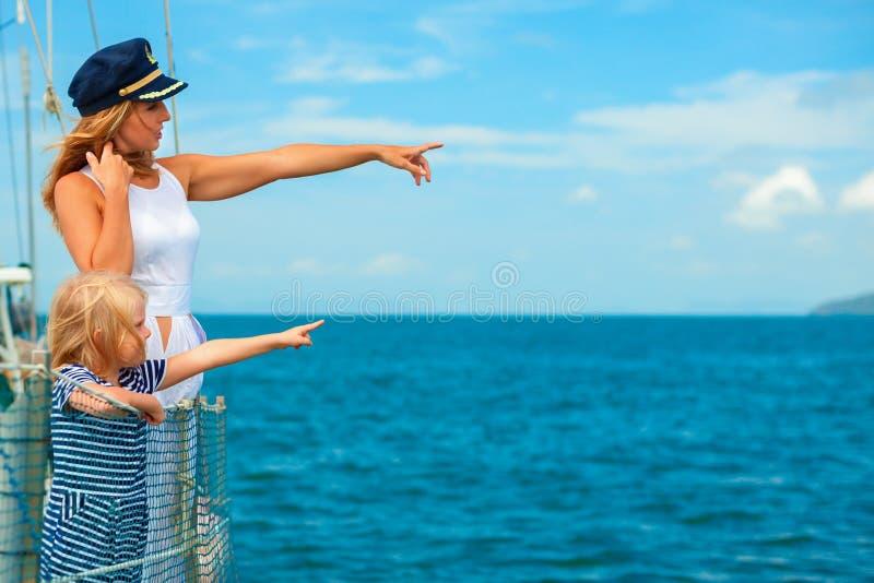 Lycklig familj - moder, dotter ombord av seglingyachten royaltyfri fotografi