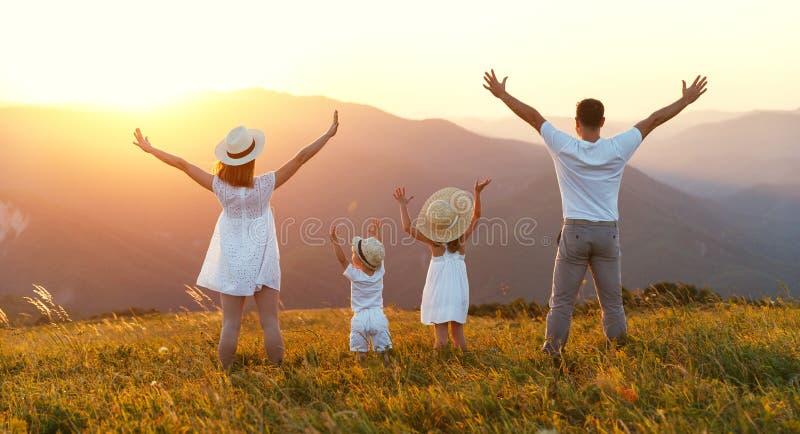 Lycklig familj: moder, fader, barn son och dotter på sunse royaltyfria bilder
