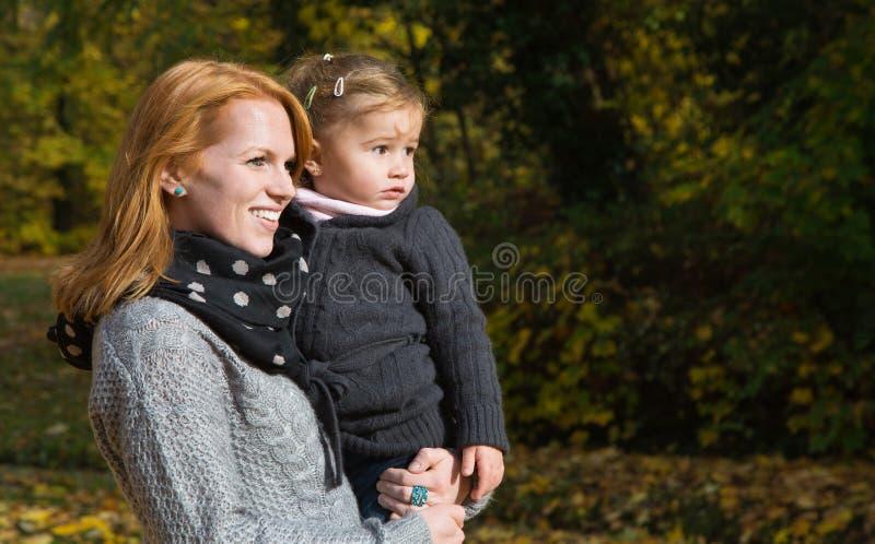 Lycklig familj: moder med hennes lilla dotter som gör en gå i a royaltyfri fotografi