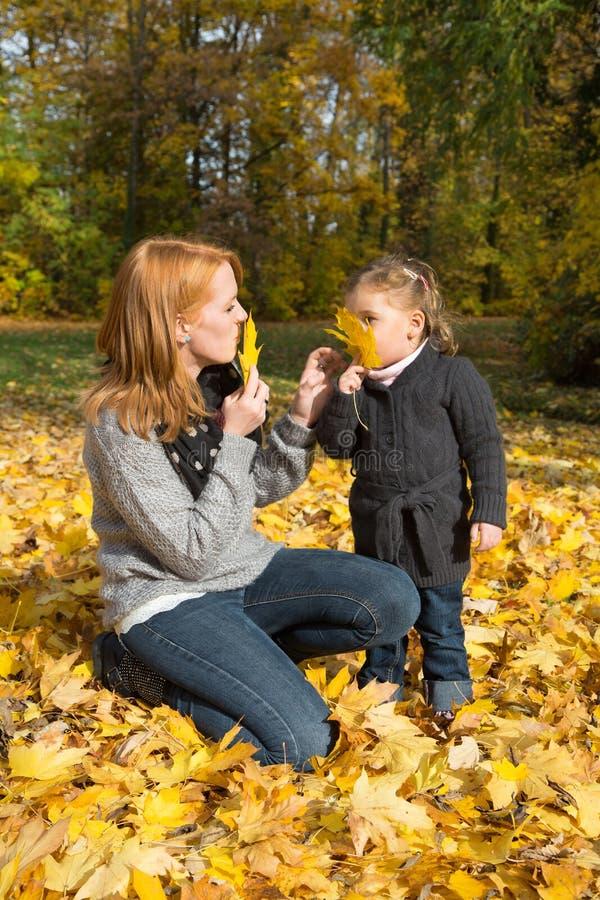 Lycklig familj: moder med hennes lilla dotter som gör en gå i a arkivfoton
