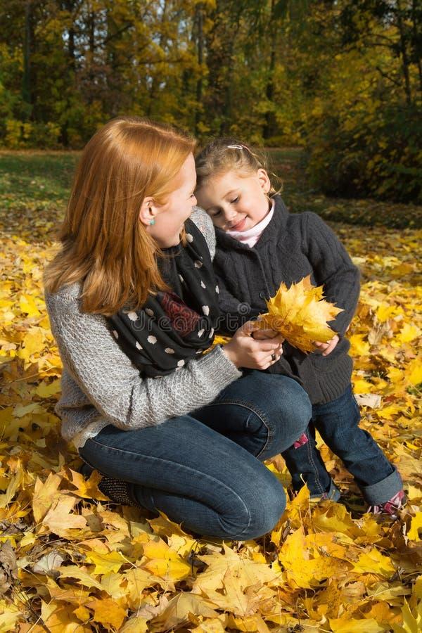 Lycklig familj: moder med hennes lilla dotter som gör en gå i a royaltyfri bild