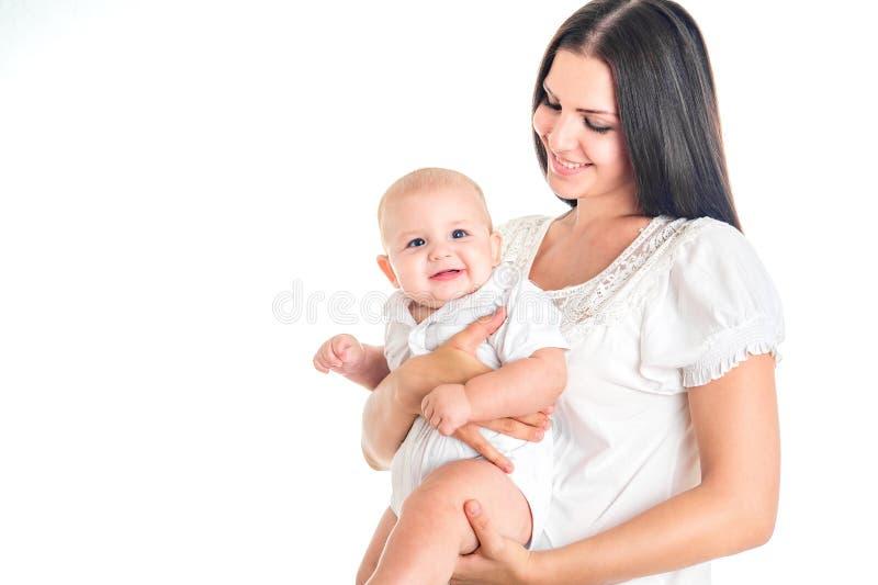lycklig familj Modern som spelar med henne, behandla som ett barn i vitt rum Isolat arkivfoton