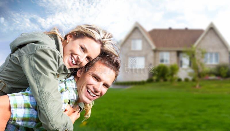 Lycklig familj nära nytt hus. arkivbild