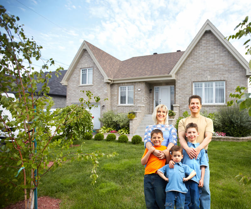 Lycklig familj nära nytt hus. arkivbilder