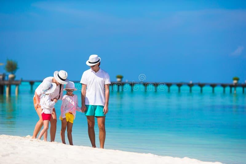 Lycklig familj på den vita stranden under sommarsemester fotografering för bildbyråer
