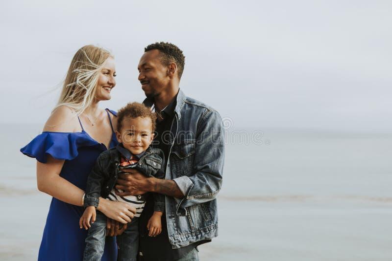 Lycklig familj på en strand royaltyfria bilder