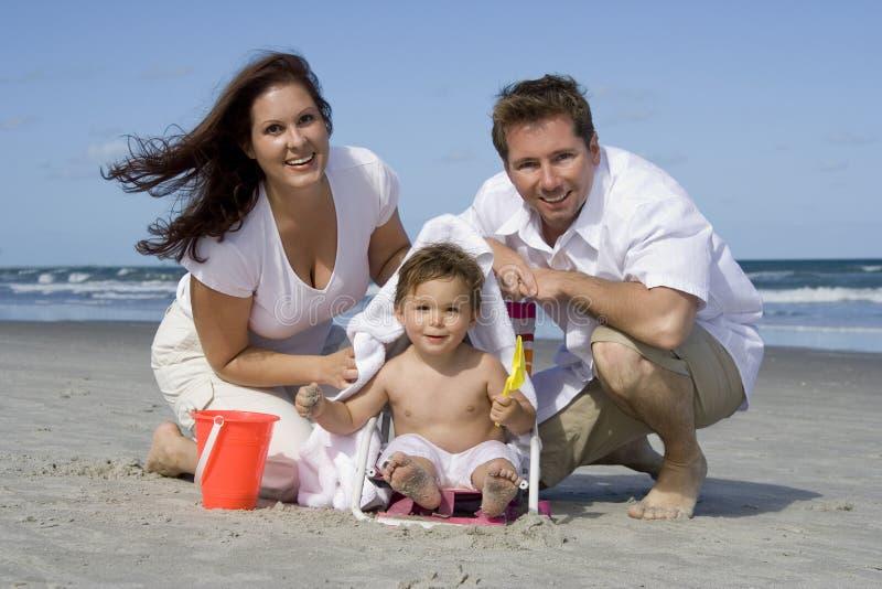 Lycklig familj på en strand arkivbilder
