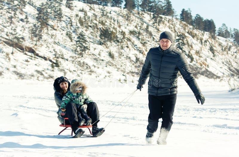 Lycklig familj på en vinterbakgrund royaltyfria bilder
