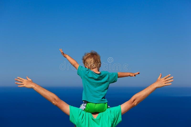 Lycklig familj på havssemester arkivbild