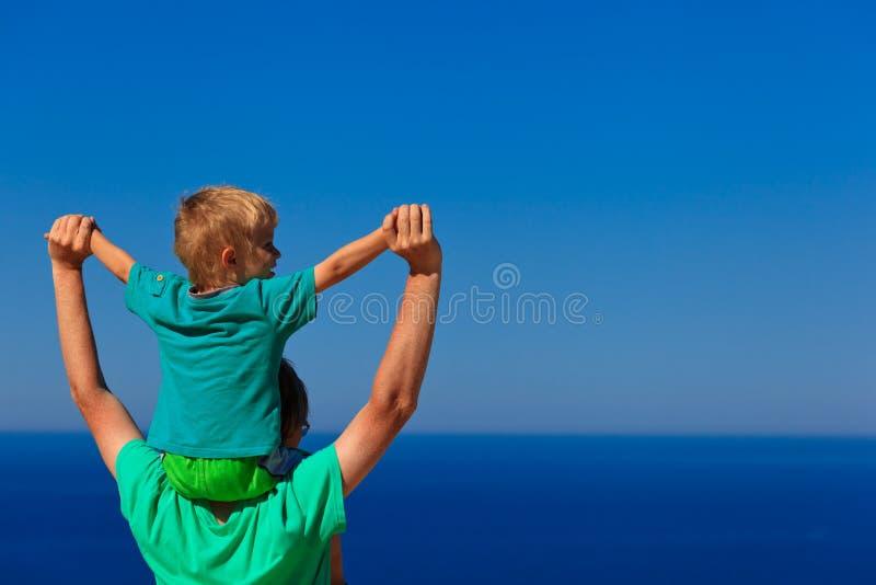 Lycklig familj på himmel arkivfoton