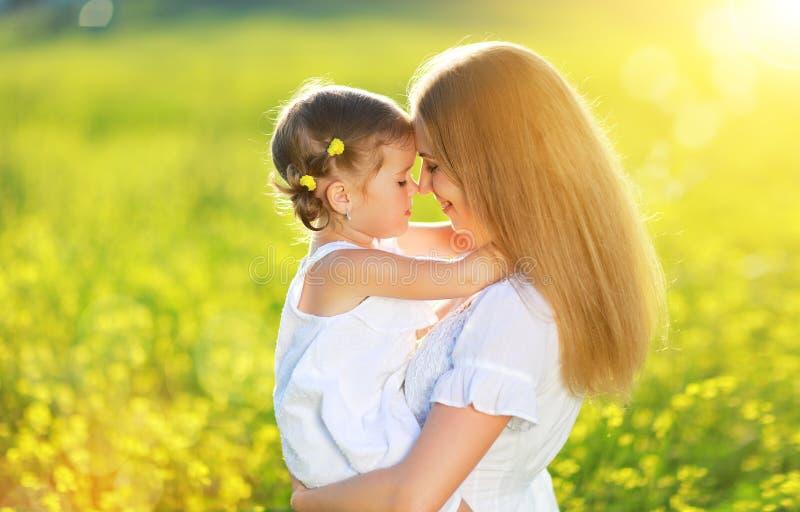 Lycklig familj på sommar liten flickabarnet behandla som ett barn att krama för dotter royaltyfri bild