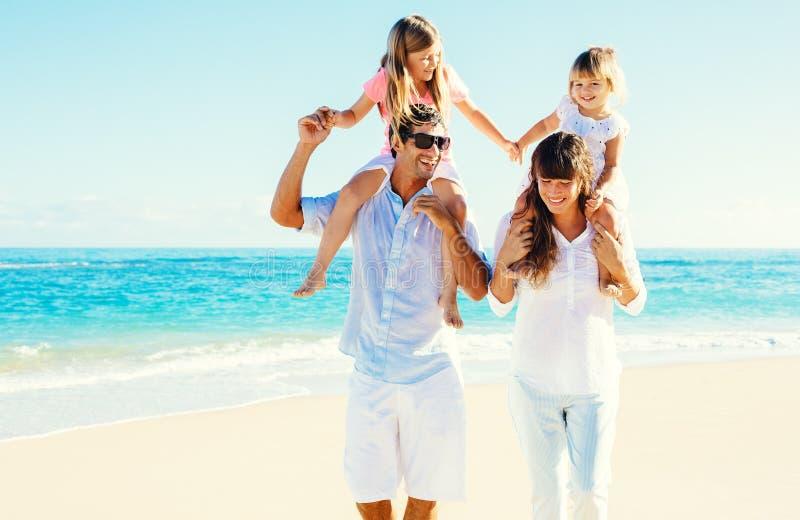 Lycklig familj på stranden arkivfoto