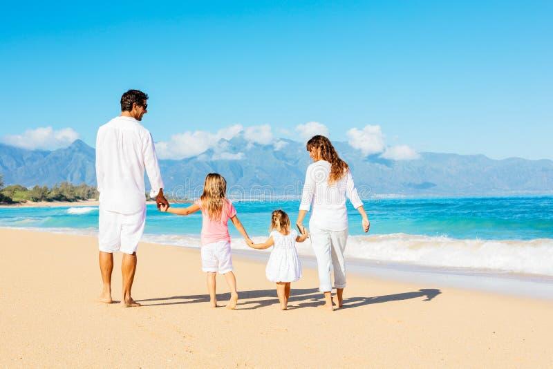 Lycklig familj på stranden royaltyfria bilder