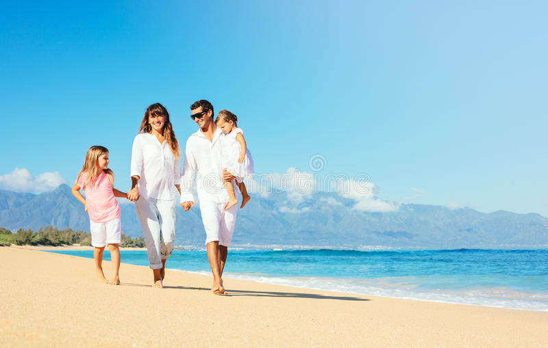 Lycklig familj på stranden arkivbild