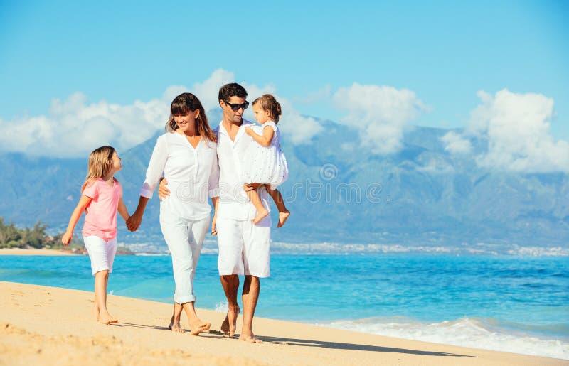 Lycklig familj på stranden royaltyfri bild