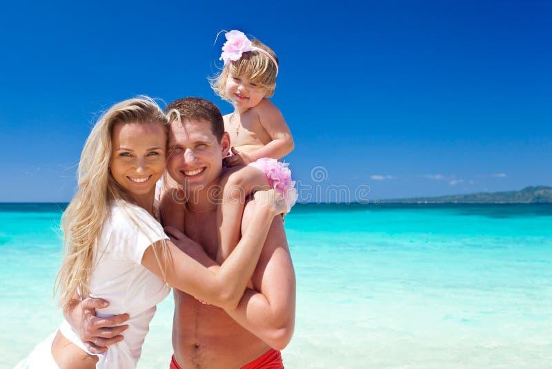 Lycklig familj på vändkretssemester arkivbild