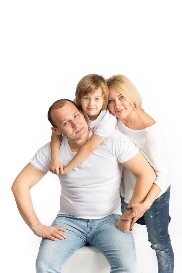 Lycklig familj på vit bakgrund arkivfoton