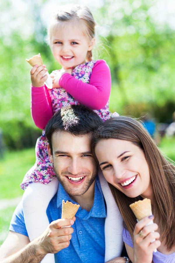Lycklig familj som äter glass royaltyfria bilder