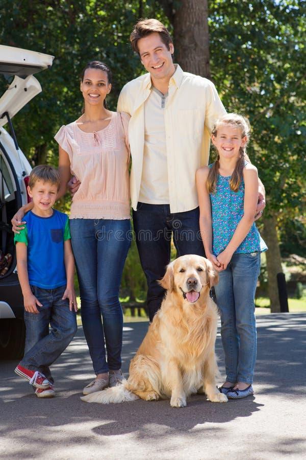 Lycklig familj som får klar för vägtur arkivbilder
