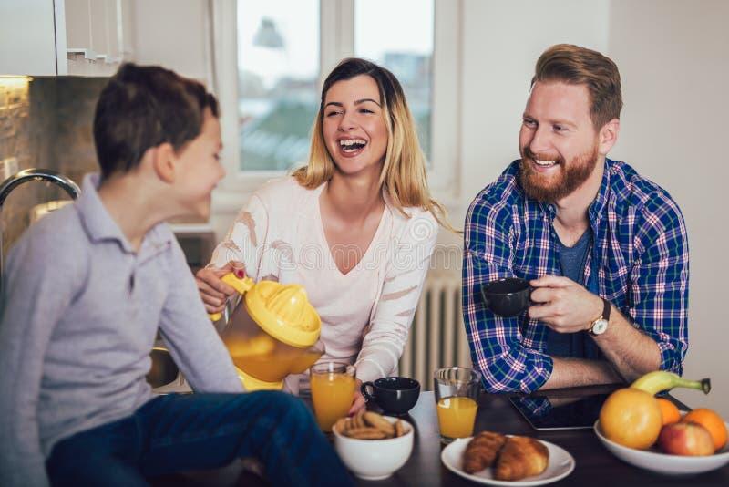 Lycklig familj som förbereder mat i köket arkivbilder
