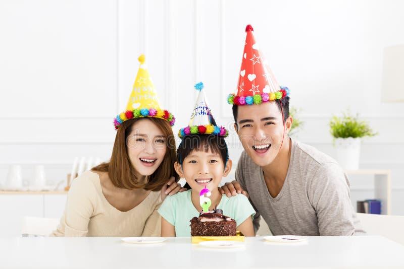 Lycklig familj som firar daughter& x27; s-födelsedag royaltyfri bild