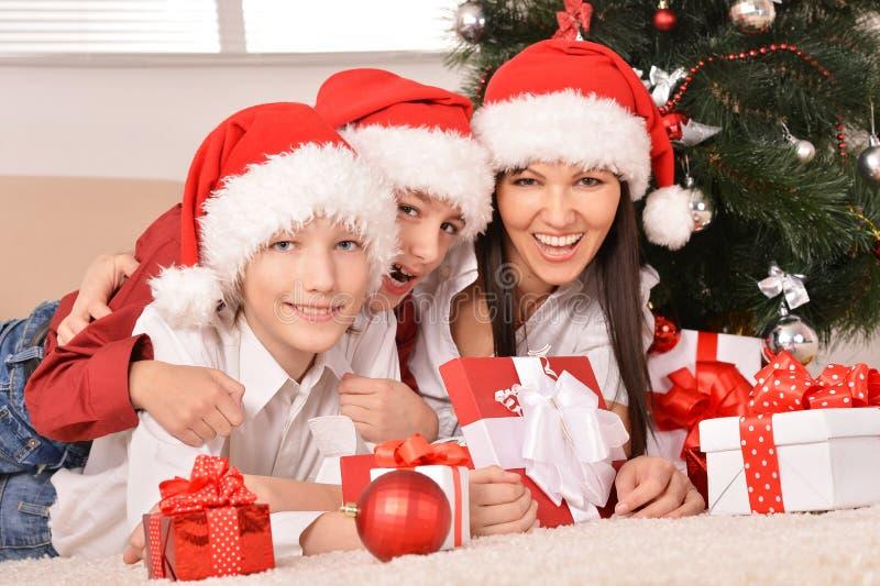 Lycklig familj som firar det hemmastadda nya året royaltyfria foton