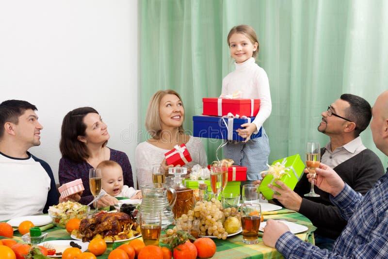 Lycklig familj som firar flickafödelsedag royaltyfri fotografi