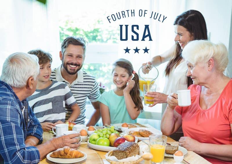Lycklig familj som firar 4th Juli arkivfoto