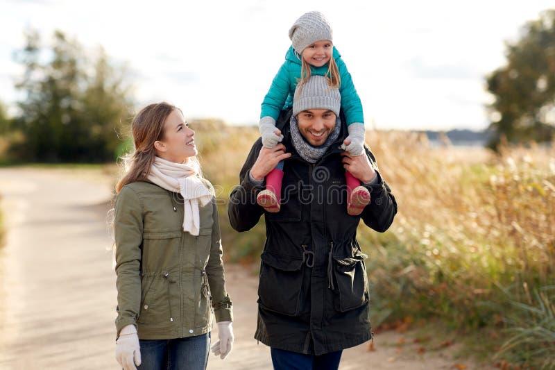 Lycklig familj som går i höst arkivbilder