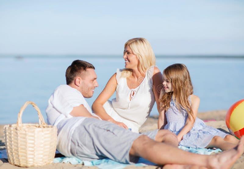 Lycklig familj som har en picknick arkivbild