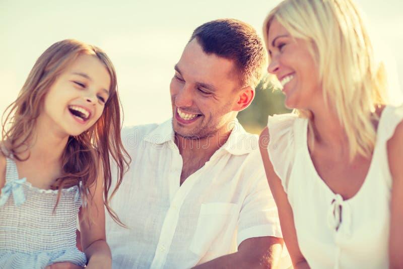 Lycklig familj som har en picknick arkivbilder