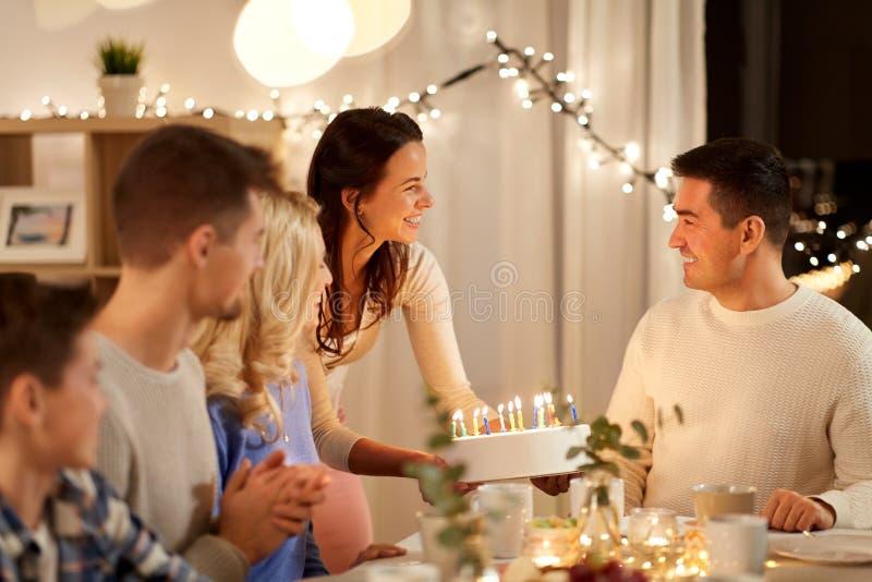 Lycklig familj som har födelsedagpartiet hemma arkivbilder