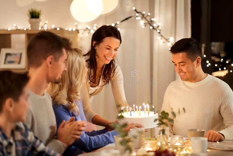 Lycklig familj som har f?delsedagpartiet hemma fotografering för bildbyråer