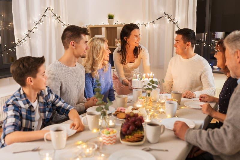 Lycklig familj som har f?delsedagpartiet hemma arkivbild