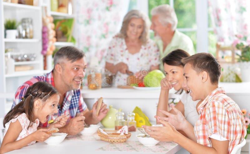 Lycklig familj som har frukosten fotografering för bildbyråer