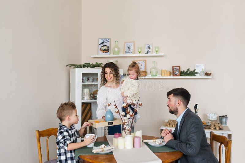 Lycklig familj som har frukosten hemma fotografering för bildbyråer