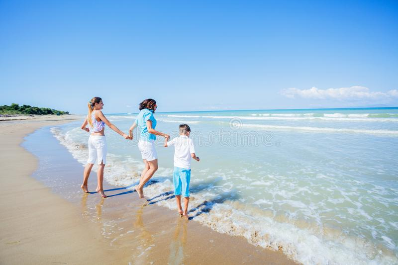 Lycklig familj som har gyckel i sommarfritiden arkivfoton