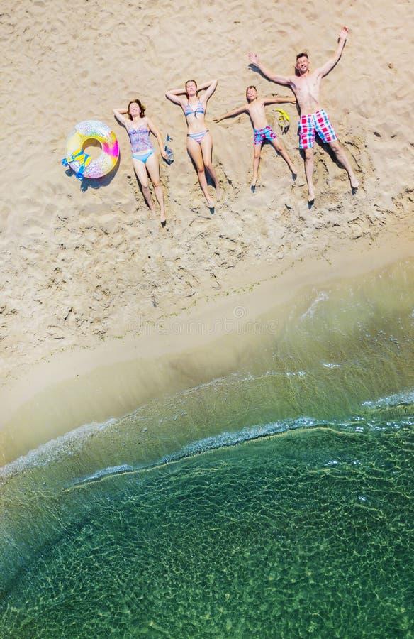 Lycklig familj som har gyckel i sommarfritiden Flyg- foto för sikt för öga för surrfågel` s arkivfoto