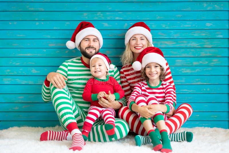 Lycklig familj som har gyckel på jultid arkivbilder