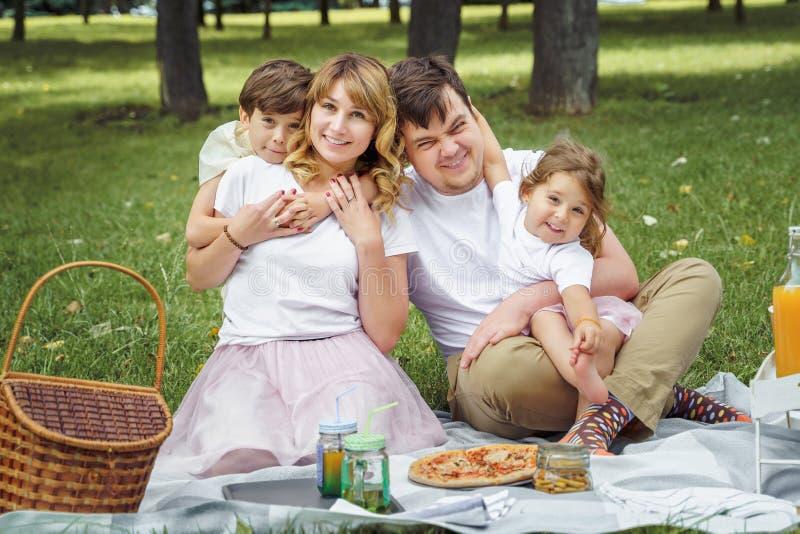 Lycklig familj som har gyckel tillsammans i natur royaltyfria bilder