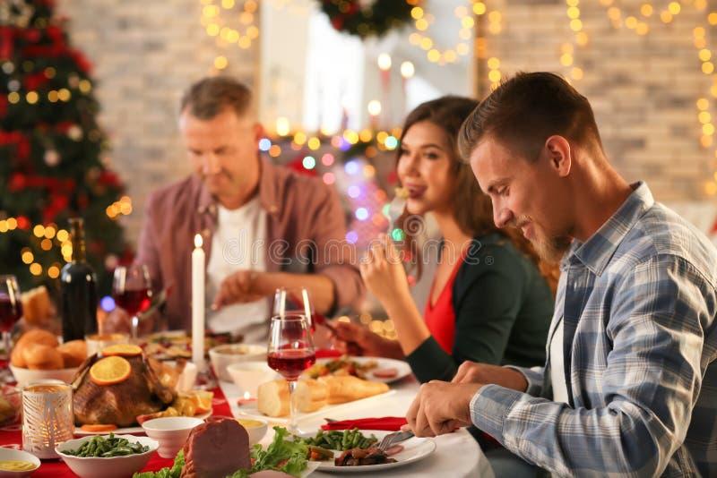 Lycklig familj som har julmatst?llen hemma royaltyfria bilder