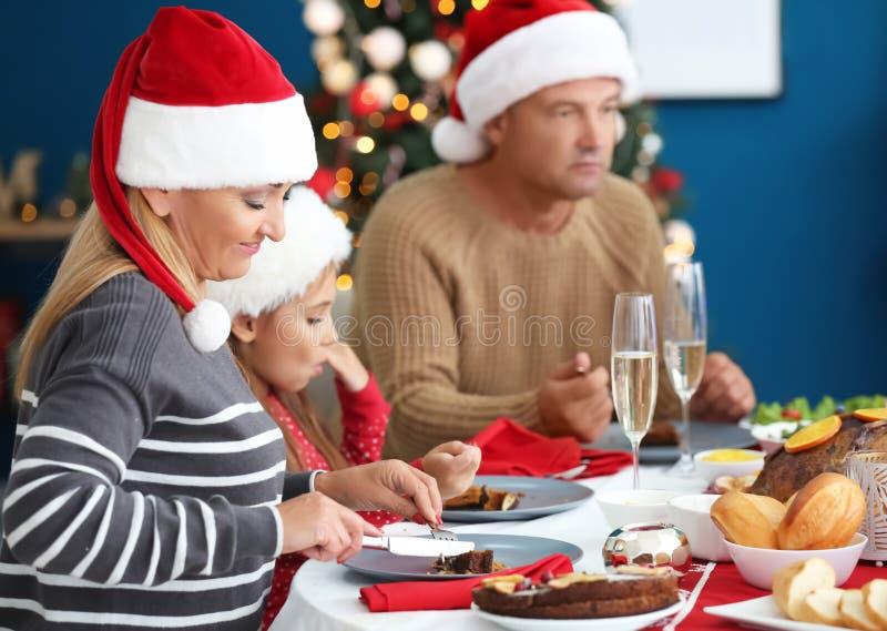 Lycklig familj som har julmatst?llen hemma royaltyfri bild