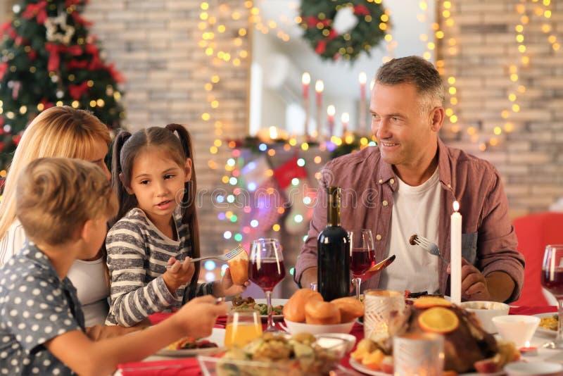 Lycklig familj som har julmatst?llen hemma royaltyfria foton