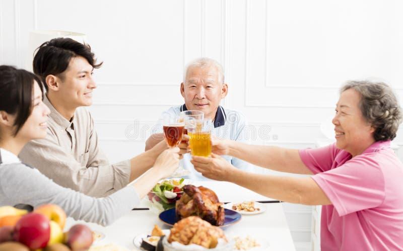 Lycklig familj som har matställen tillsammans arkivfoton