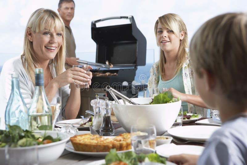 Lycklig familj som har matställen tillsammans royaltyfria foton