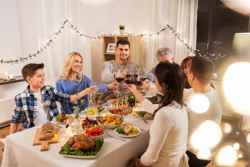 Lycklig familj som har matställepartiet hemma royaltyfri foto