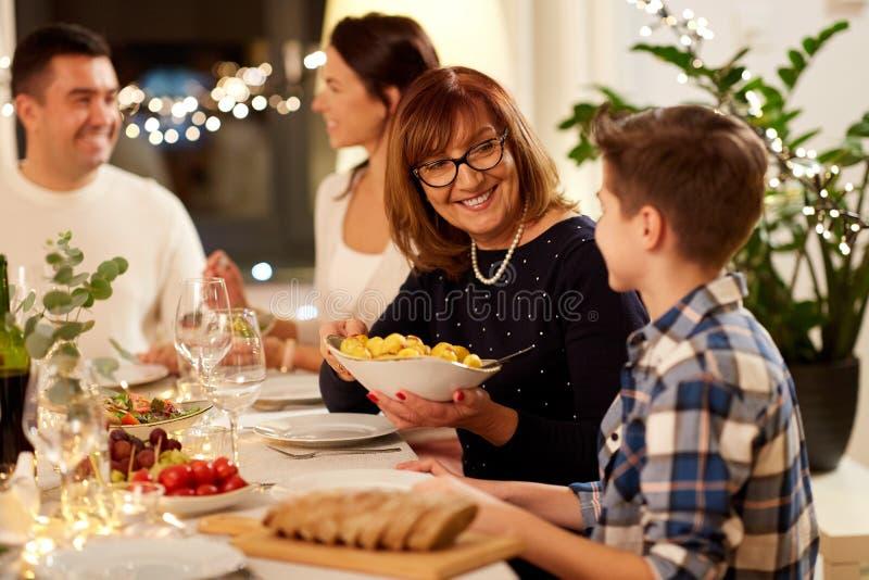 Lycklig familj som har matst?llepartiet hemma arkivbilder